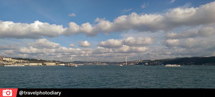 """Ferzan Özpetek ise """"İstanbul sadece Boğaz'ın gün batımlarında birbirlerinde erimeyi başaran kırmızı ve mavidir."""""""